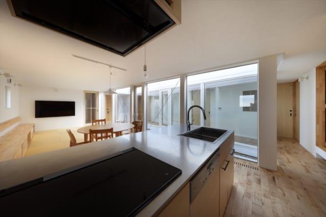 キッチンは「アイランドキッチンを設置したい」というKさんの要望で今回造作されたもの。建具に合わせてシナが使われており、全体に統一感を生み出している
