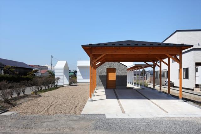 公園の東屋のような駐車スペース。バーベキューなどを楽しむスペースとしても活用できる