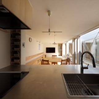 キッチンから見たリビング。サッシの最大の制作寸法に合わせて最大限広い開口部を設けた