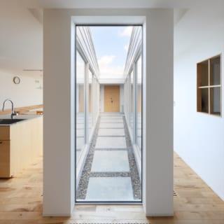 畳の部屋から見たテラス。奥に向かって広がるようになっており、テラスの奥には庭につながる扉がある