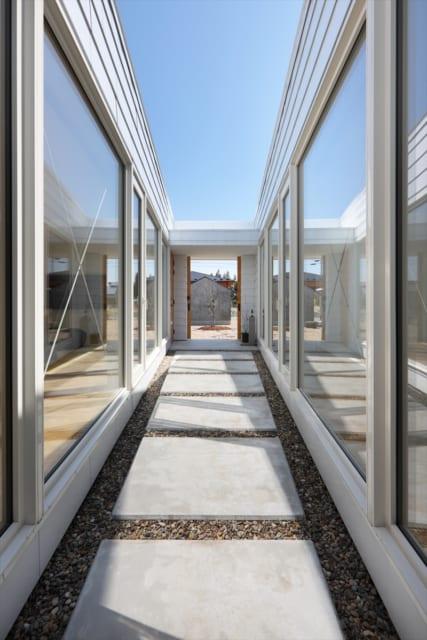 建物側から見たテラス。庭とテラスの間の扉を開放すれば連続した空間となり、さらなる開放感を演出する