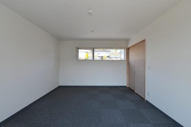 2階居室(図面BR2)の北側を見る。右の引き戸は1階から2階に上がる階段の踊り場につながる