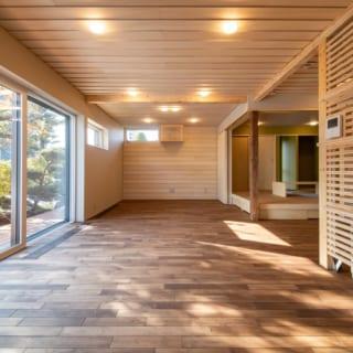 1階、リビングダイニング。庭の景色も存分に楽しめる大開口の窓には、トリプルガラスを採用。南側にあたるため日射を出来るだけ取得できるタイプのガラスを採用した。夏は庇で直射日光を遮り、日射角度が低い冬は積極的に日射を取り込むパッシブ効果で部屋を暖める