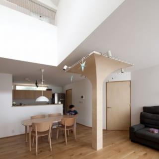 1階の吹抜け部分は天井高約5m。Rの天井や壁が柔らかな印象を醸す。上部は2層目の『中の間』とつながる
