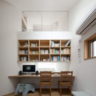 2層目『中の間』。日中はテレワーク、夜は家族の寝室として使用中。将来は子ども部屋としても使用可能