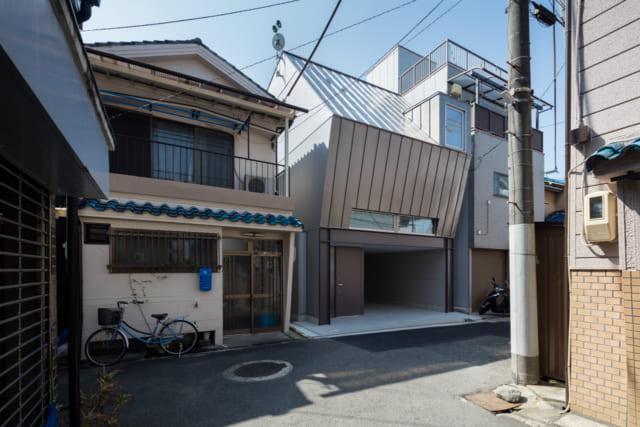 大阪市鶴見区の住宅密集地にあるMさん邸。隣家がギリギリまで迫り、斜線規制もあるなど制約の多い土地だった