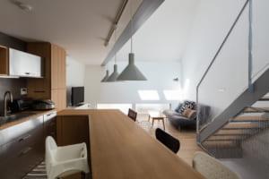 狭小・密集地でもこの明るさ! 光あふれる空間を実現した五角形の家
