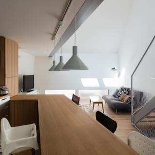 平野さんがデザインしたキッチンカウンター兼ダイニングテーブルは、遠近法を利用したもの。空間の広がりを感じさせる
