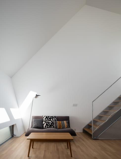 五角形の白い壁が、光を行き渡らせ開放感抜群の空間に