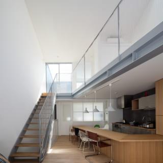 天井、寝室、テラスなど様々な場所から光が導かれ、外からは想像がつかないほど明るいLDK