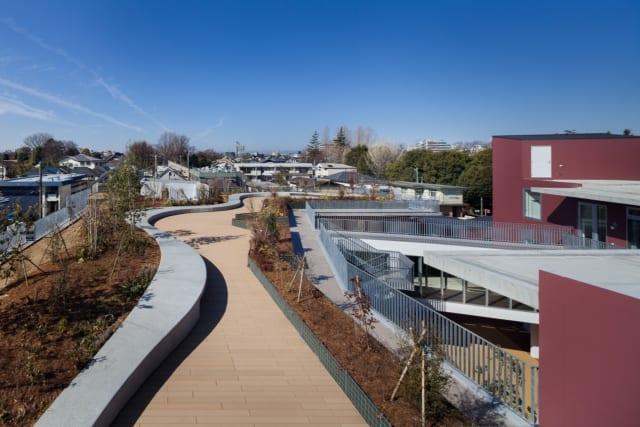 2階の屋根を利用した屋上庭園。道路から屋上の緑が見えるよう、高さのある木々も植えている。眺めのよい遊歩道は、入居者の散歩コースにぴったり
