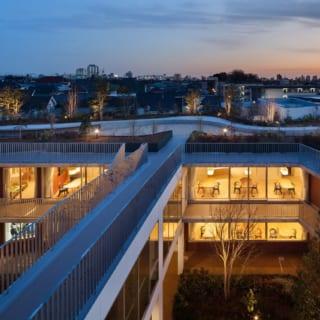 中庭を囲む建物はブリッジでつながっている。写真は3階からの眺め。ブリッジの先には、2階の屋根を利用した屋上庭園が広がる