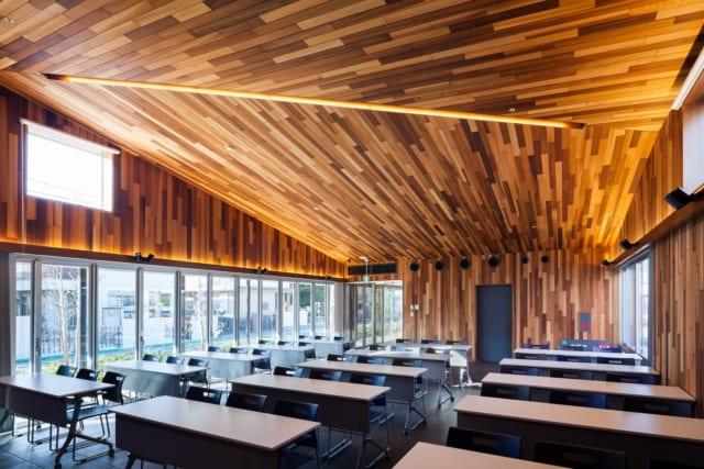 レンタル可能な地域交流スペースは、必要に応じて会議用テーブルなどもセットできる。ここでは運営事業者が主催するスポーツセミナーなどを開催することも。木とタイルの洒落た空間は参加者にも好評