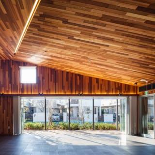 カフェの隣にある地域交流スペースは、地域のサークル活動などに利用できるレンタルスペース。フルオープン可能な大開口やハイサイド窓が配され、開放感と明るさに満ちている