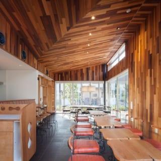 施設利用者以外も自由に利用できるカフェ『café VILLAGE#S』。レッドシダーや黒タイルを使った内装に家具デザイナーが手がけたオリジナルのテーブルや椅子、ペンダント照明が映え、モダンで居心地のよい空間となっている