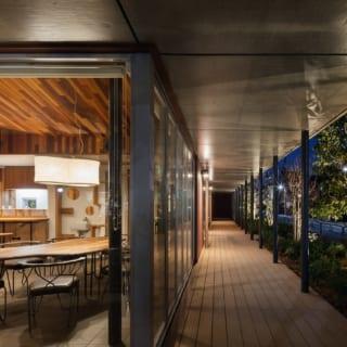カフェの夕景。夜は植栽のグリーンもライトアップされ、柔らかな光の中でゆったりとくつろげる