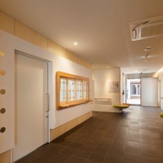 施設のエントランスホール。ナチュラルな内装と温かみのあるデザイン家具がマッチし、柔らかな印象の空間となっている
