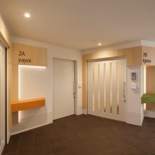 施設内の2~3階には70室の居室が6つのユニットに分けて配され、各ユニットには『yayoi』『igusa』など、近隣の妙正寺川の橋の名前がつけられている。ユニットごとにテーマカラーもあり、内装にはそれぞれのテーマカラーを使用