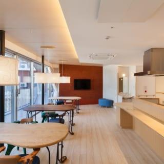 リビングダイニング(共同生活室)。リビングダイニングはユニットごとにあり、食事は10~12名の入居者がここで一緒に楽しむ。ホッと和める内装・家具でまとめられた空間には、スープなどを温め直せるキッチンも備えられている