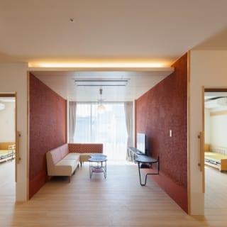 談話スペースの1つ。館内は壁の随所にアクセントカラーが入っており、洒落た雰囲気。間接照明のやさしい光も空間の高級感をアップ
