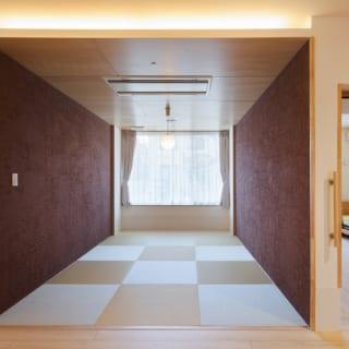 デイサービスを中心とした介護サービス施設(小規模多機能型居宅介護事業)の和室。シックで洗練されており、旅館の一室のよう