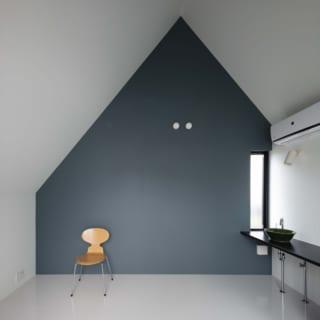 2階の寝室には、落ち着きをもたらすアクセント色を。室内に洗面台を設け、女性の使い勝手を追求