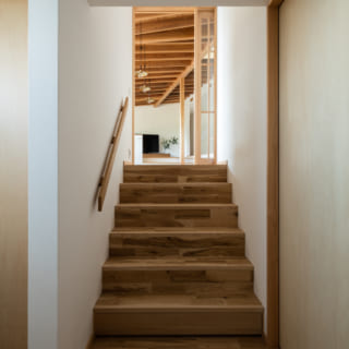 1階、玄関ホール。右にご家族の寝室、左に水回りを設け1階部分だけでも寝泊りできるよう完結させた