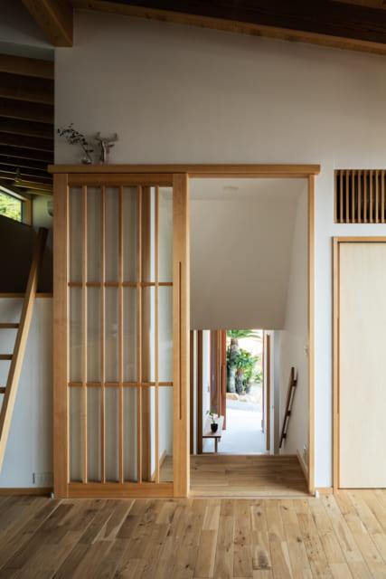 ダイニングから玄関方向。画像左の梯子の上には寝室にもなるロフトやストレージがある