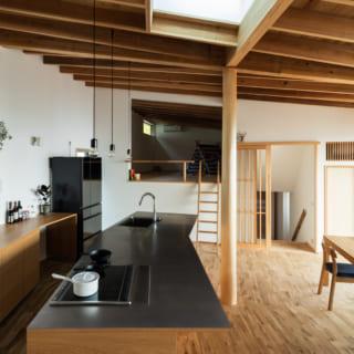 キッチンはレンジフードを設けずコンロの下を通って排気するシステムを採用。LDKがすっきりとした空間に
