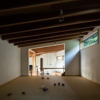 玄関側の2階部分には、寝室にも子どもの遊び場にもなるような、フレキシブルな空間を設けた。この空間の左隣にはストレージもある