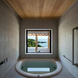 大きな浴槽が魅力的なバスルーム。ジャグジーも完備し、海を眺めながら温泉を思う存分に楽しめる