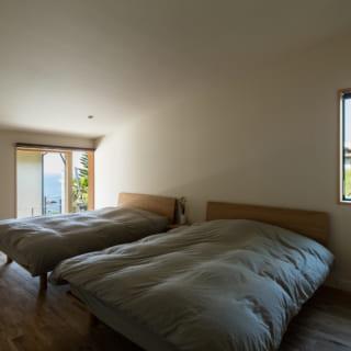 主寝室は床レベルが一番高い位置に配置した。リビングとの間には水回りを挟み、ご家族が夜遅くまでリビングにいても静けさを確保。落ち着いて過ごせるようにした