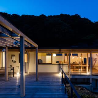 デッキ部分や、アネックス横の木枠にも照明を配置。夜、外に出ても足元が明るく安全だ。また、雰囲気がある照明が夜をさらに魅力的なものにしている